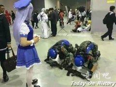 无下限!男子漫展着军装下跪 身着制式服装此举或违法